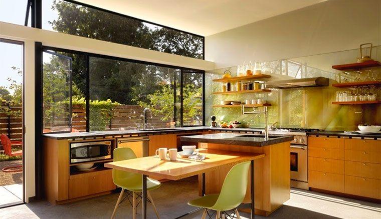 Cocina con ventana panorámica